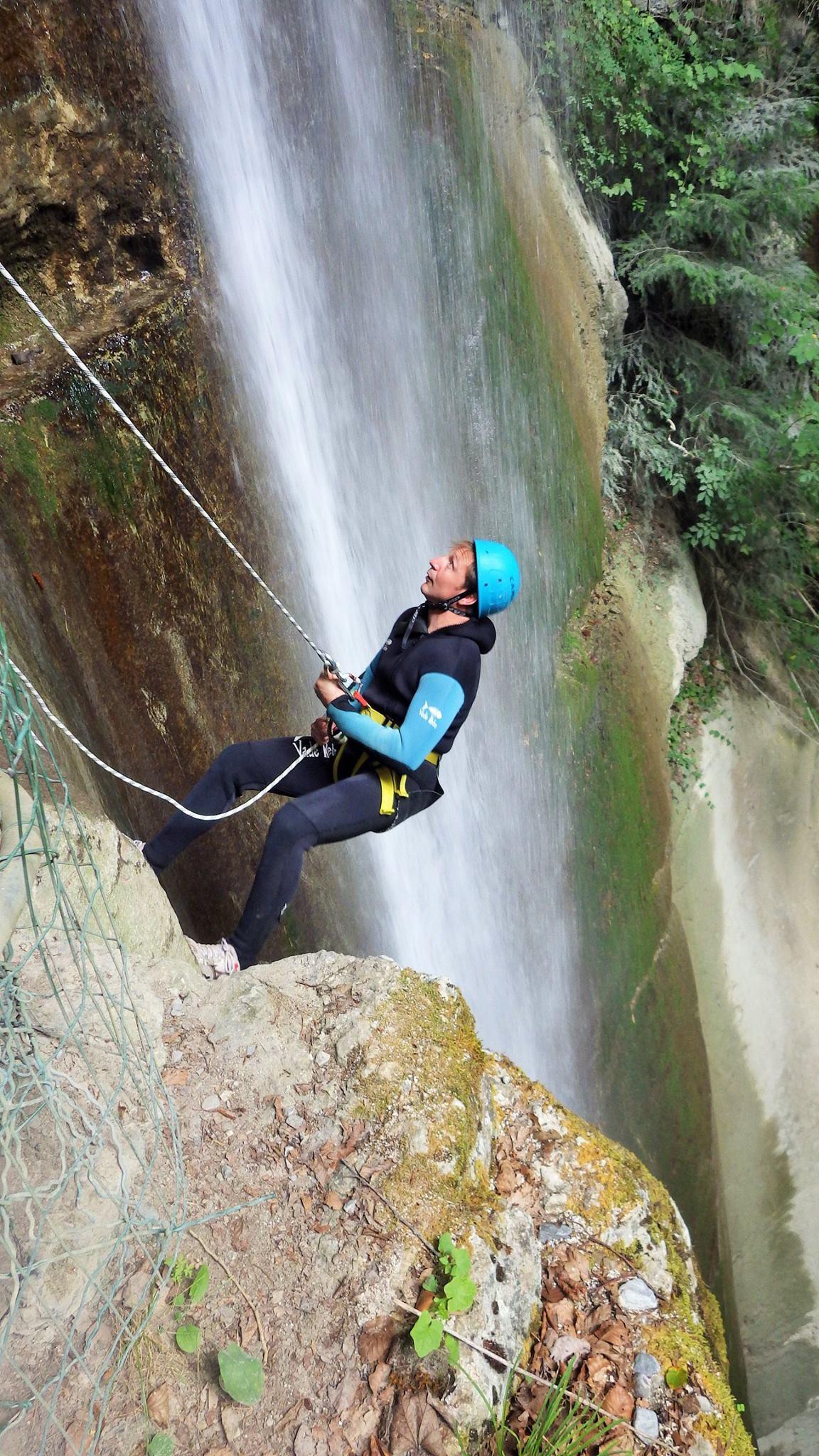 image d'un homme qui descend en rappel dans la cascade d'Angon à Annecy.
